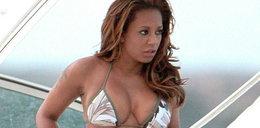 Piosenkarka w bikini. Sexy!