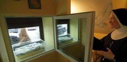 Dziecko w oknie życie w papierowej torebce. Obok list