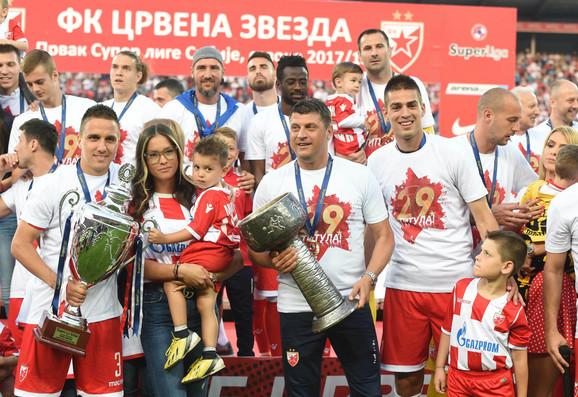 Crveno-beli sa majicama na kojoj je navedeno da imaju 29 titula prvaka države