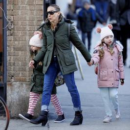 Sarah Jessica Parker na spacerze z córkami. Podobne do mamy?