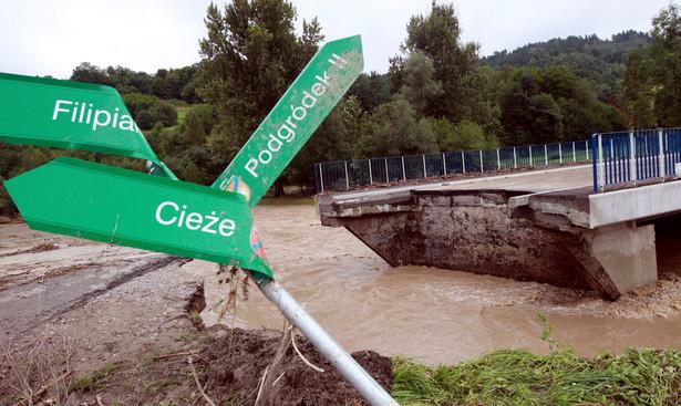 Zerwany most na terenie wsi Kasinka Mała po przejściu nocnej nawałnicy. Fot. PAP/Grzegorz Momot