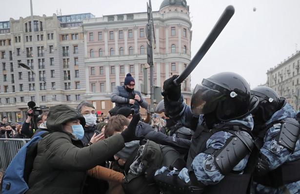 Jest to największa liczba osób zatrzymanych podczas demonstracji od czasu, gdy obrońcy praw człowieka zaczęli prowadzić te statystyki.