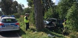 Auto owinęło się na drzewie. Zginął pasażer
