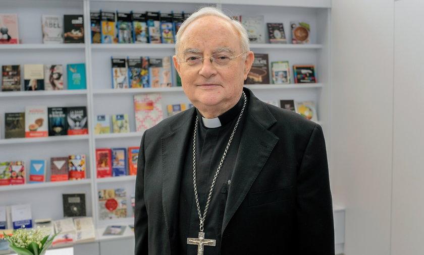 Arcybiskup Hoser w szpitalu. To powikłania pocovidowe.