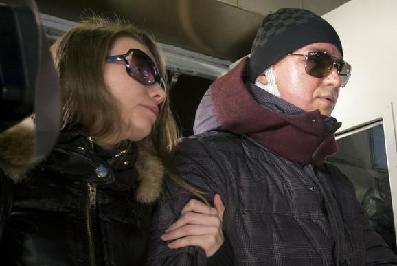 Ugrožen mu vid: Sergej Filin sa suprugom Marijom pri napuštanju bolnice u Moskvi