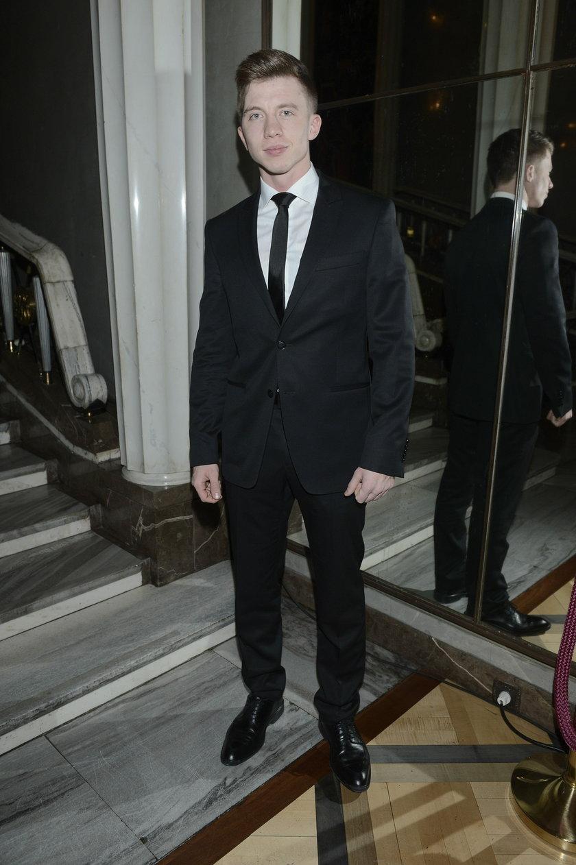 Alan Andersz w czarnym garniturze