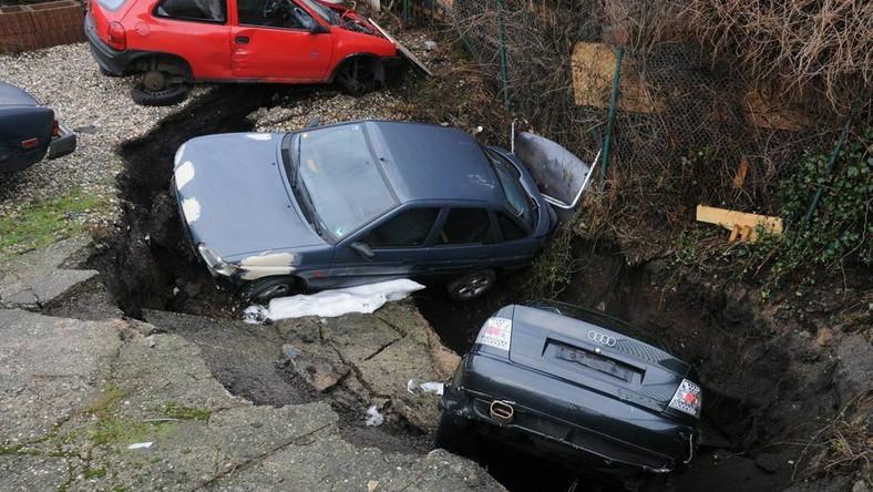 Samochody zapadły się pod ziemię. Dosłownie!
