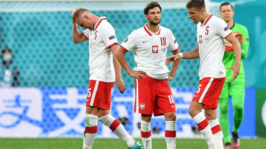 Spuszczone głowy polskich piłkarzy po meczu Polska - Słowacja na Euro 2020