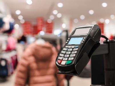 Polacy coraz częściej płacą kartami, nie tylko w sklepach