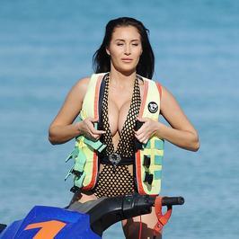 Seksbomba kusi ciałem na skuterze wodnym