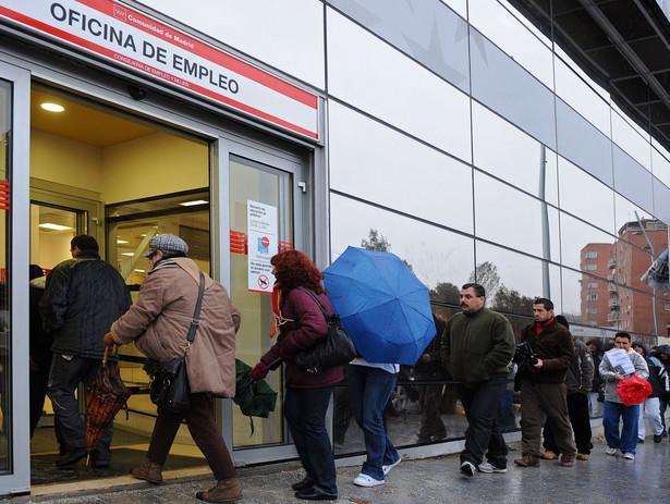 Kolejka bezrobotnych przed urzędem pracy w Madrycie.