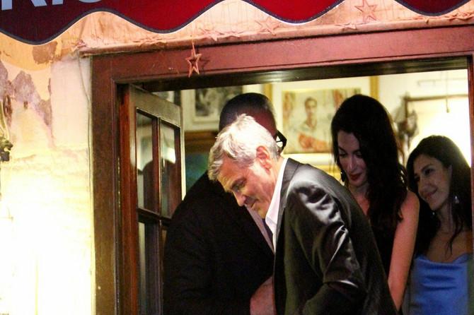 Gospođa Kluni u haljini sa DUBOKIM ŠLICEM pokazala nogu DO PLAFONA: Izašli na romantičnu večeru i napravili pometnju u Veneciji