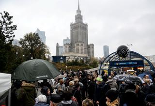 'Czarny protest' w Warszawie. Akcje przed kościołami i przy metrze w centrum