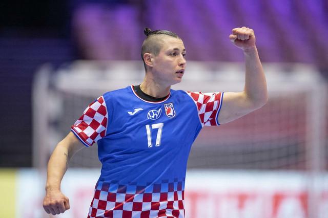 Katarina Ježić slavi uspeh ženske rukometne reprezentacije Hrvatske u borbi za evropsku bronzu