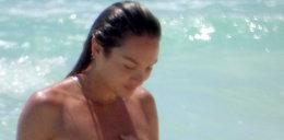 Supermodelka pływa topless, ale wstydzi się fotografa