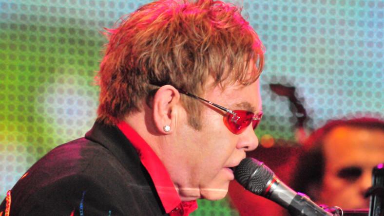 Elton John przedstawi dziwaki Michaela Buckleya