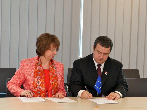 Ketrin Ešton i Ivica Dačić potpisuju sporazum