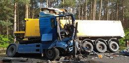Koszmarny wypadek. Dwie zmiażdżone ciężarówki. Jedna osoba nie żyje, druga walczy o życie