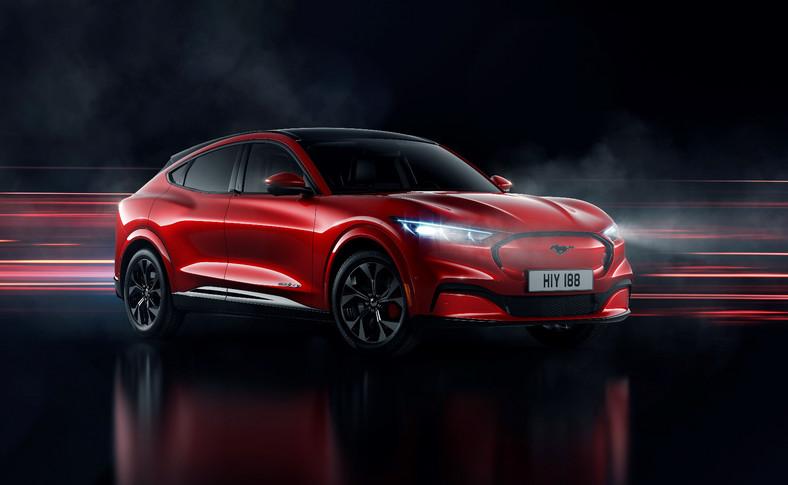 Mustang Mach-E będzie dostępny ze standardowym zasięgiem (i akumulatorem litowo-jonowym 75,7 kWh) oraz z powiększonym zasięgiem (i baterią o pojemności 98,8 kWh), który według założeń Forda zapewni zasięg jazdy do 600 km