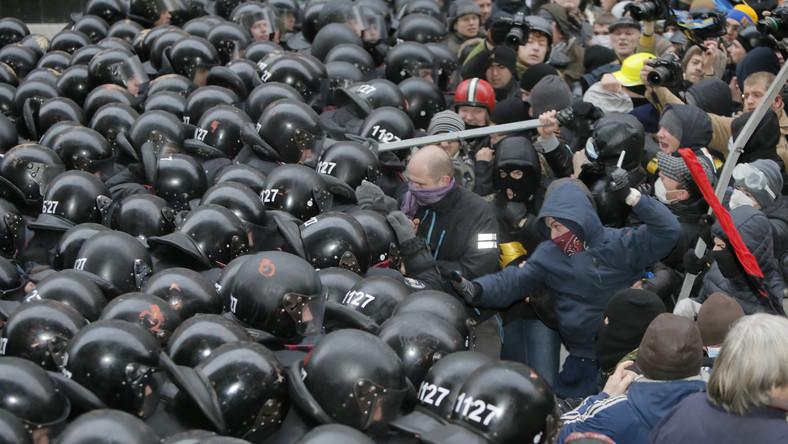 """W proeuropejskiej i antyrządowej demonstracji w centrum Kijowa wzięło udział kilkaset tysięcy osób. Protestujący, głównie mieszkańcy stolicy, krzyczeli: """"Precz z bandą!"""", a także inne hasła wzywające do obalenia prezydenta Wiktora Janukowycza. Demonstranci wyrażali też swój sprzeciw wobec działań milicji i oddziałów specjalnych Berkut, które wczoraj nad ranem brutalnie rozpędziły ludzi manifestujących na placu Niepodległości.Zobacz, co działo się w Kijowie. Dramatyczne ZDJĘCIA"""