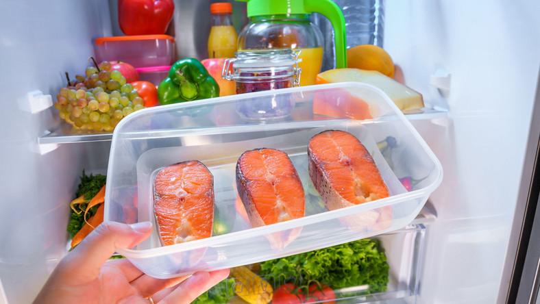 Liczy się czas przechowywania żywności z uwzględnieniem daty ważności do spożycia. Istotne jest również miejsce przechowywania produktów oraz odpowiednia temperatura. Co to oznacza w praktyce?