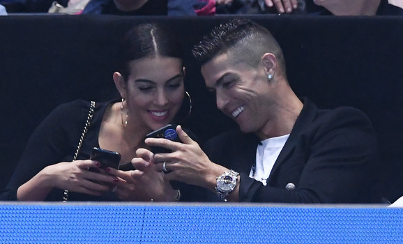Kristijano Ronaldo i Georgina Rodrigez iz lože posmatraju duel Novaka Đokovića i Džona Iznera