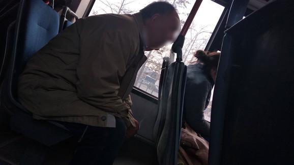 Čovek koji konzumira cigaretu u prevozu