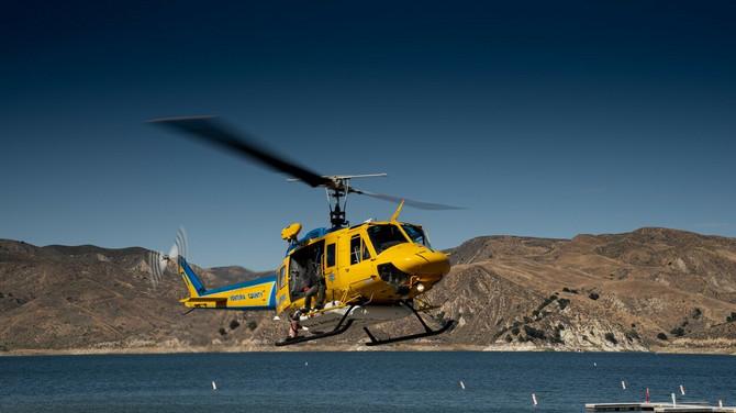 Helikopter iznad jezera u Kaliforniji