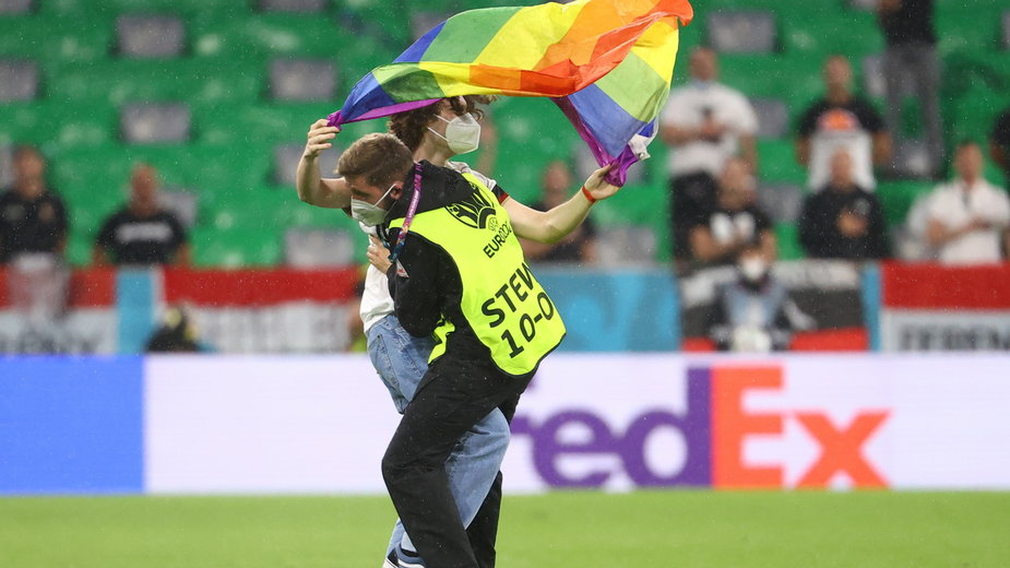 Kibic z tęczową flagą wbiegł na boisko w meczu Niemcy - Węgry
