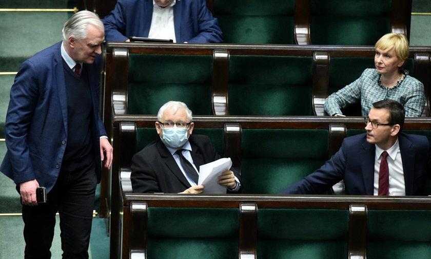 Raz po raz komentarzy zastanawiają się, czy w Polsce będą przedterminowe wybory. STS ocenia, że jest to całkiem możliwe, chociaż bardziej prawdodpodobne, że obecny Sejm dotrwa do końca swojej kadencji w 2023 roku.