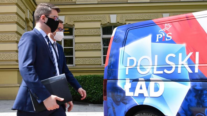 Premier Mateusz Morawiecki oraz rzecznik rządu Piotr Mueller