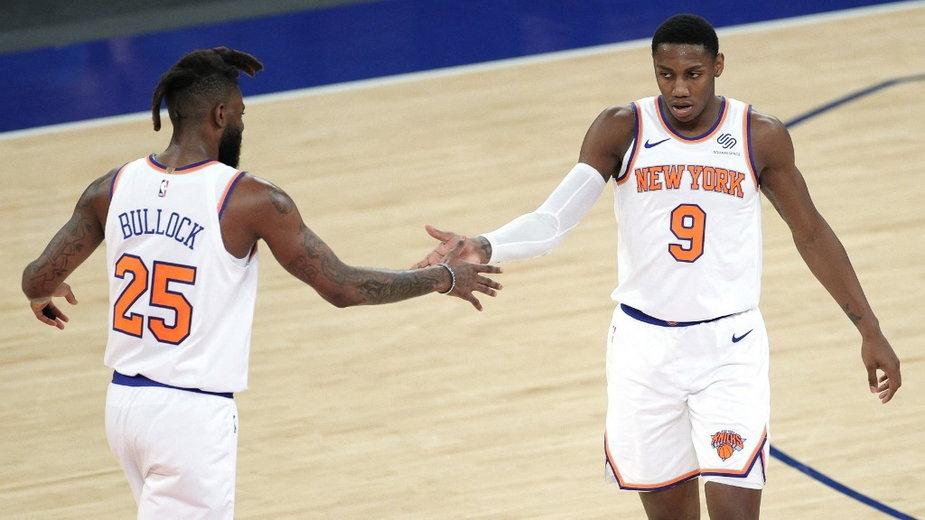 Reggie Bullock (#25) i RJ Barrett (#9) z New York Knicks