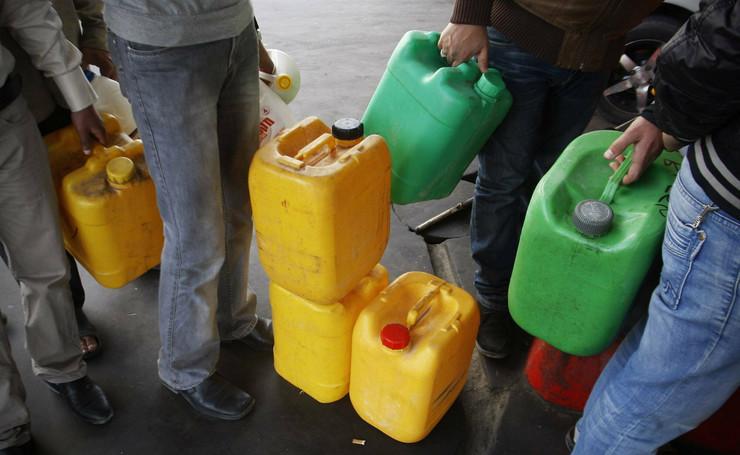 Palestinci čekaju da napune kanistere gorivom u Gaza Sitiju
