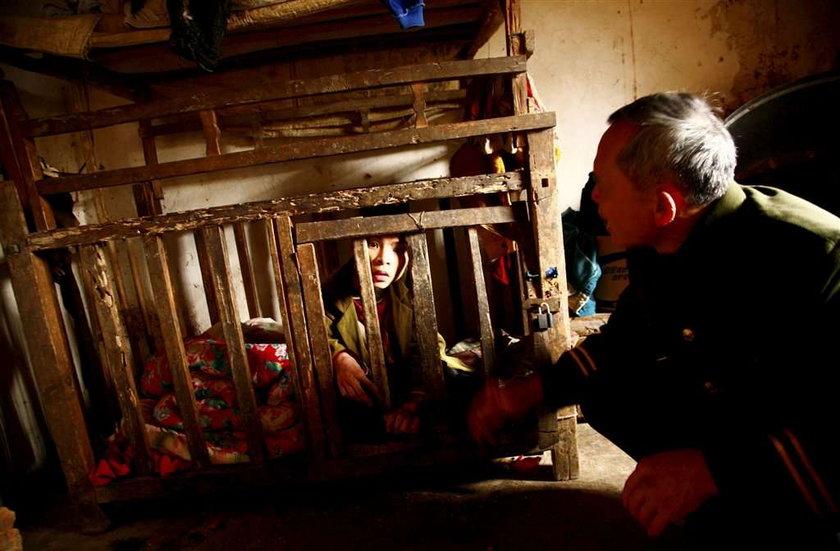 Zamknęli niepełnosprawnego w klatce. Na 21 lat!