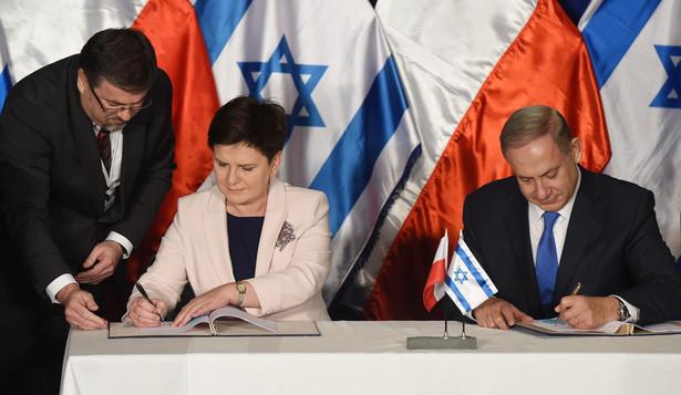 Premier Beata Szydło oraz premier Izraela Benjamin Netanjahu podpisują wspólną deklarację podczas polsko-izraelskich konsultacji międzyrządowych w Jerozolimie