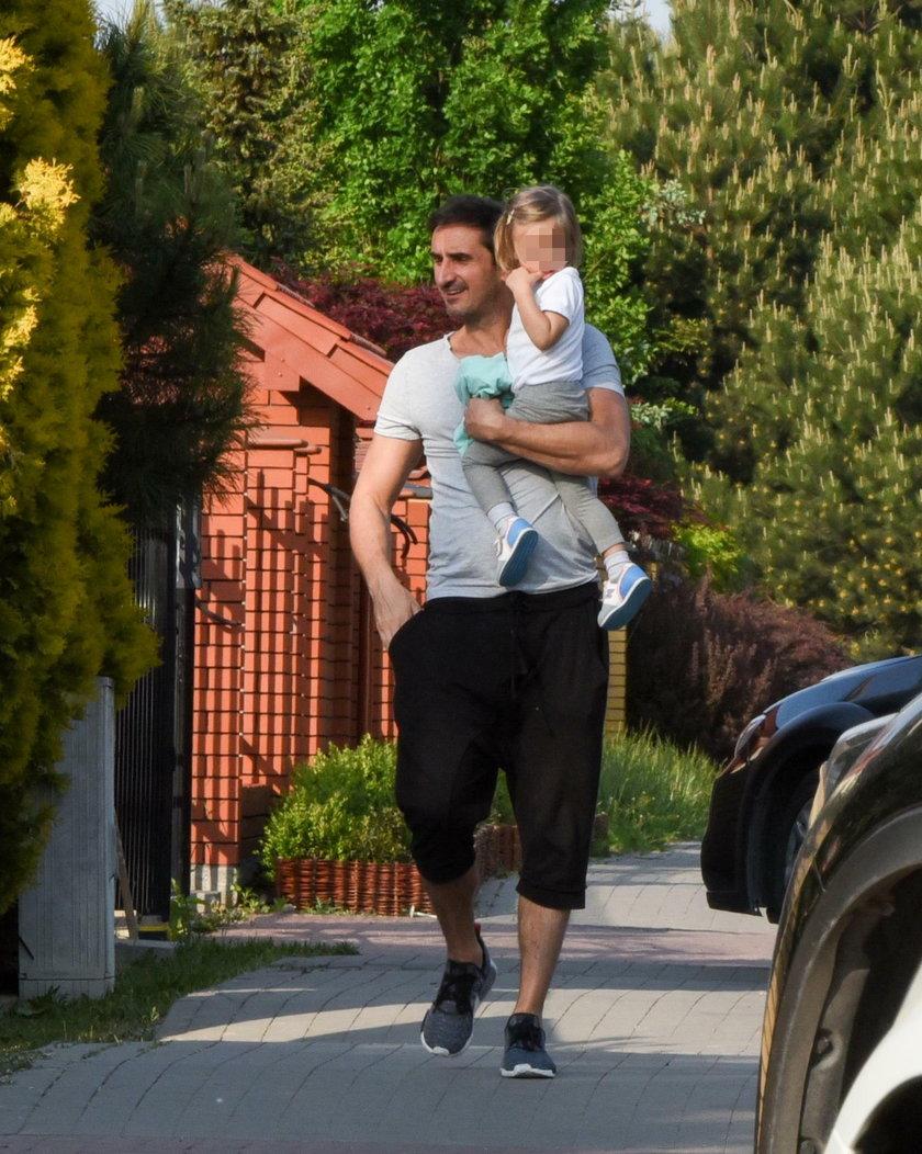 Sebastian Karpiel-Bułecka z córką