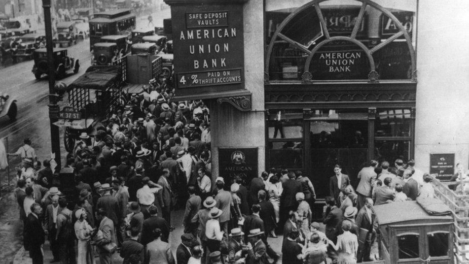 Tłum przed American Union Bank w Nowym Jorku we wczesnej fazie Wielkiego Kryzysu. Zdjęcie z 1932 roku - domena publiczna