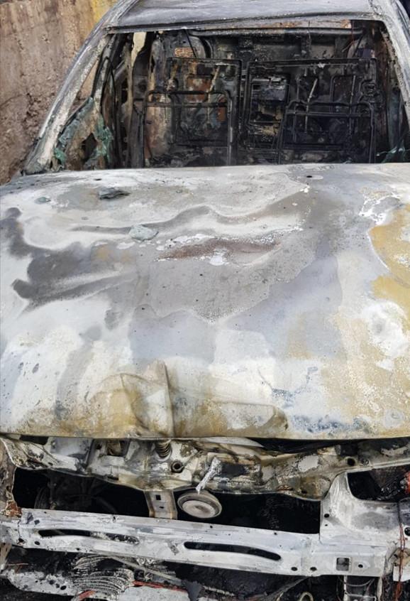 Pobegli pa zapalili automobil