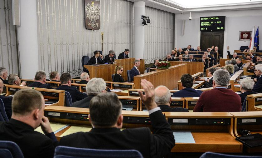 Senatorowie wylatają ponad milion złotych!