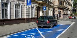 Absurd w Krakowie! Namalowali kopertę wokół auta