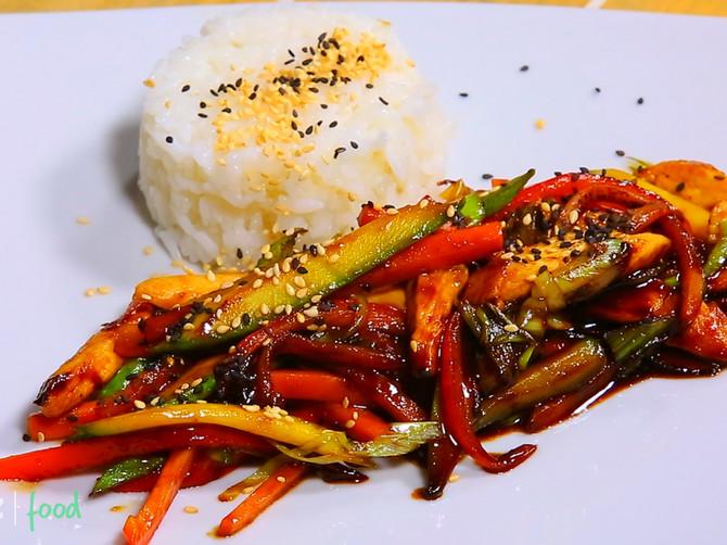 Vok piletina sa povrćem: BRZ i ZDRAV obrok koji nije teško spremiti, a ukusom ODUŠEVLJAVA!