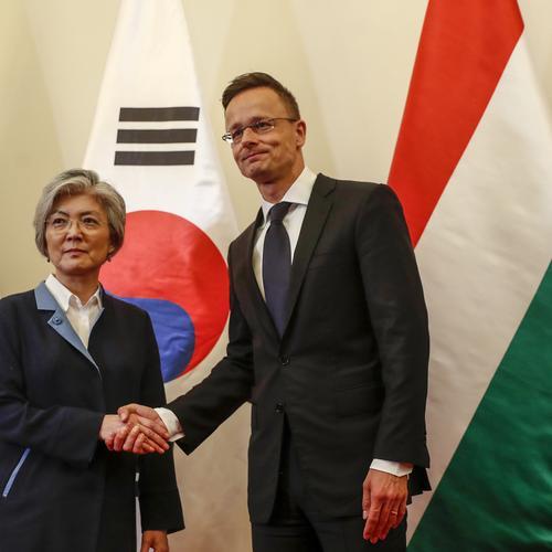 64ec9cad9d ... Szijjártó Péter és a dél-koreai külügyminiszter megérkezett a dunai  hajótragédia helyszínére – Élőben a