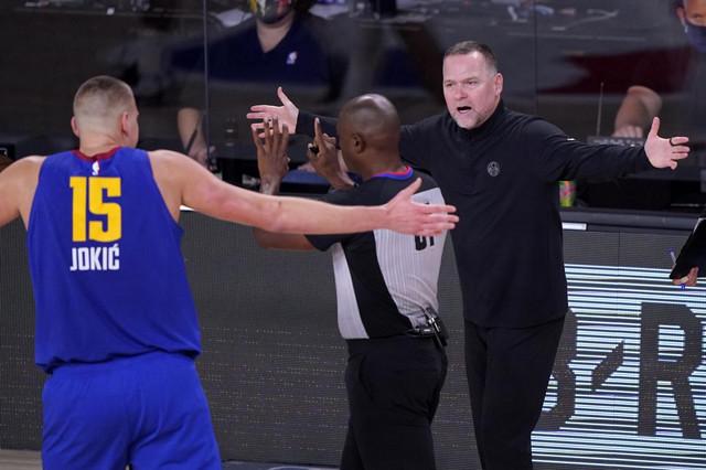 Nikola Jokić i Majkl Meloun u neverici zbog odluke sudija na prvm meču finala Zapada između Lejkersa i Denvera