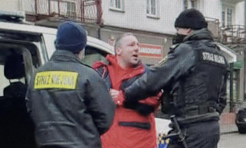 Brutalną interwencję straży miejskiej nagrała mieszkanka Ełku