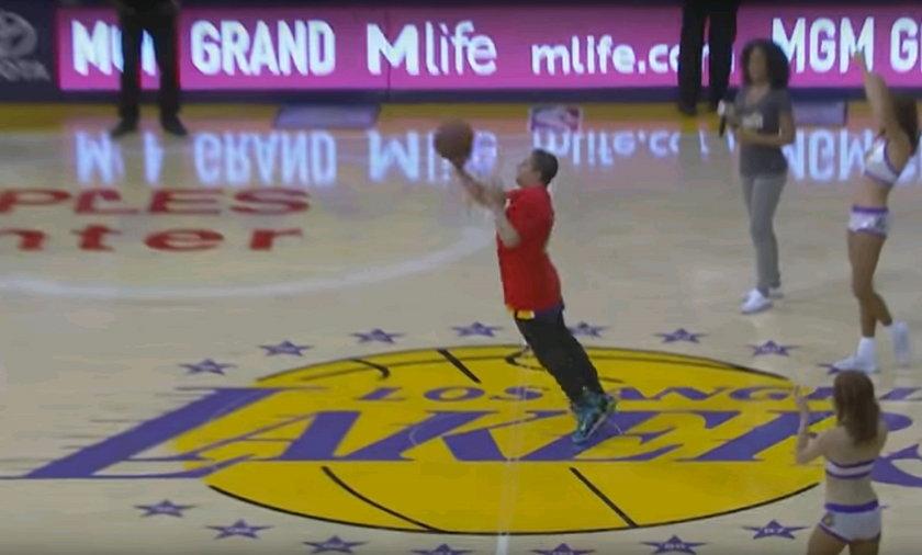 Szaleństwo w NBA. Kibic trafił z połowy boiska i wygrał fortunę! WIDEO