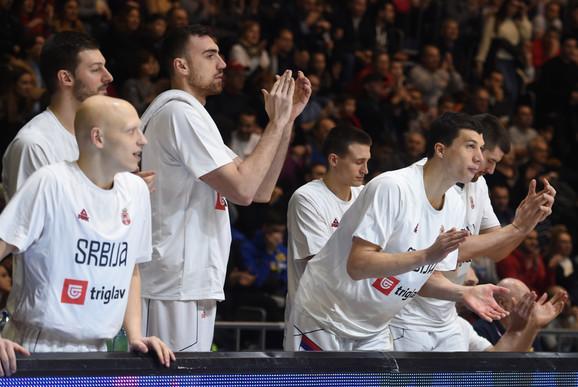 Košarkaši Srbije na klupi za rezervne igrače na meču sa Izraelom