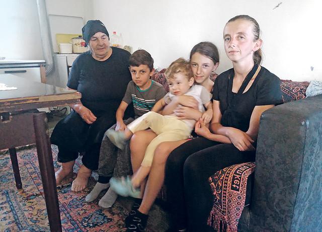 Novak, Ognjen i Jovana žive sa majkom i babom u planinskom selu Letoviše
