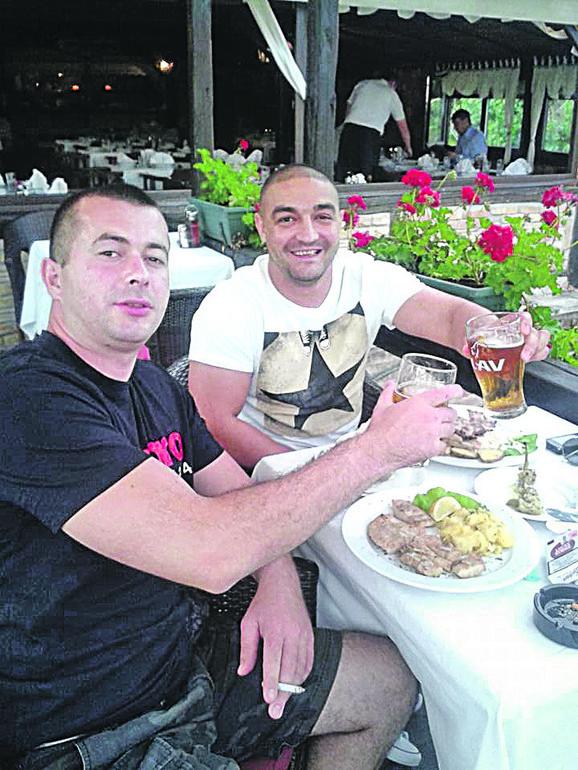 Nenad Ćurčić i Igor Petrović (u beloj majici) nisu se zaustavili u divljanju ni kada je stigla interventna