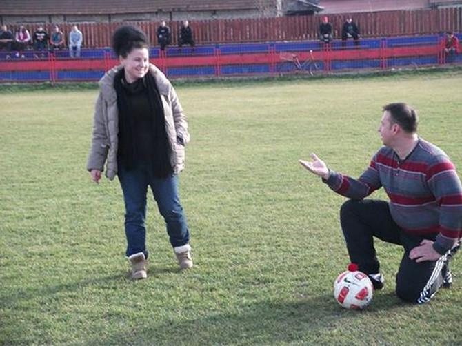 Romantika na stadionu u Čoki: Trener zaprosio predsednicu kluba