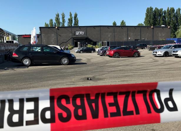 Jak podała policja, cytowana przez agencję dpa, ok. godz. 4.30 34-letni mężczyzna zaczął strzelać w dyskotece, przez co jedna osoba zginęła, a trzy odniosły ciężkie obrażenia.